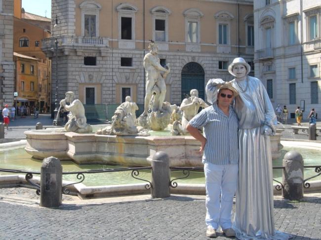 Статуя снимает мою шляпу На площали Навона в Риме