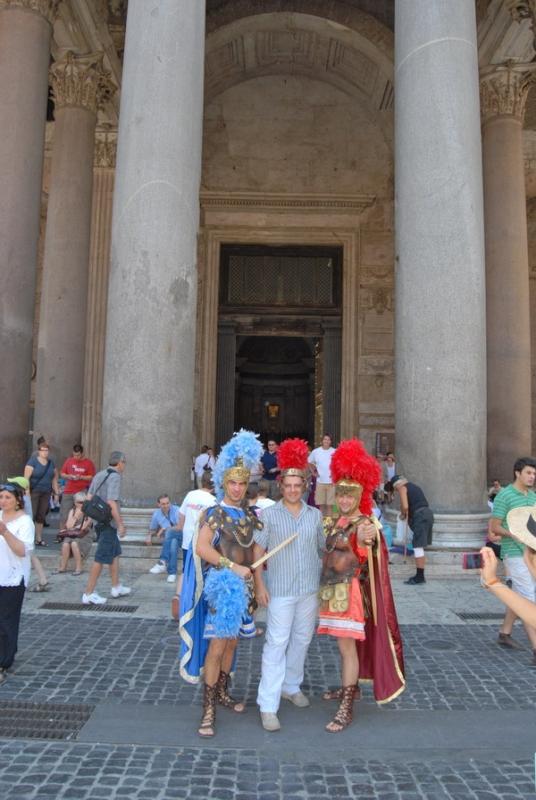 Римсие Легионеры и Костя перед Пантеоном