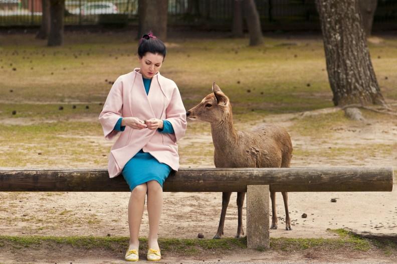 Катя кормит оленей в Наре