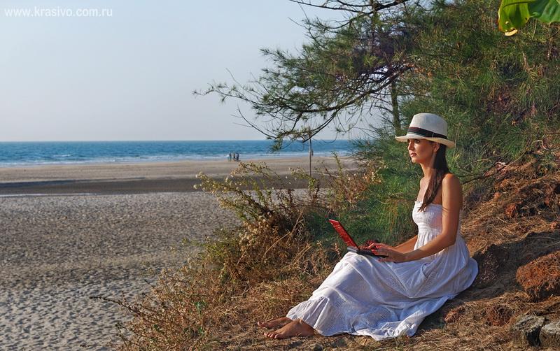 Екатерина Исаева на берегу океана с ноутбуком