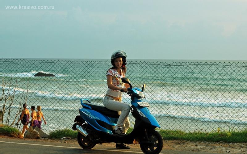 Екатерина Исаева на мотобайке на Шри-Ланке